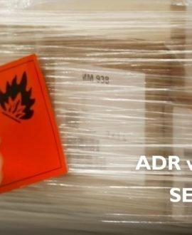 Una mano de un miembro del equipo TSB etiquetando un pedido ADR
